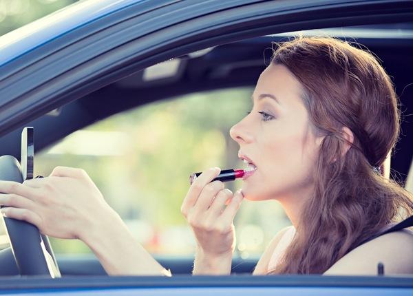 El Aseo Personal al Conducir es una Distracción