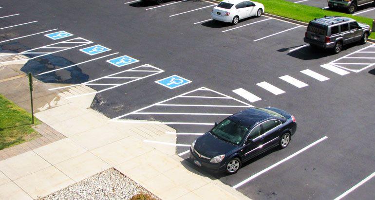 Marcas en el pavimento para los espacios de estacionamiento de discapacitados