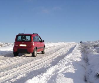 El vehículo que viaja cuesta arriba tiene el derecho de paso sobre el vehículo que viaja cuesta abajo