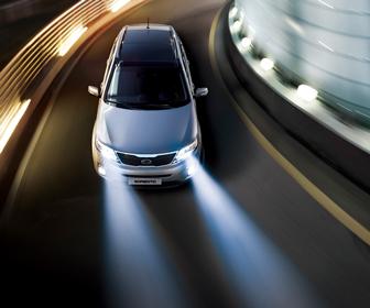 Deja las luces delanteras encendidas para hacerte más visible en la carretera