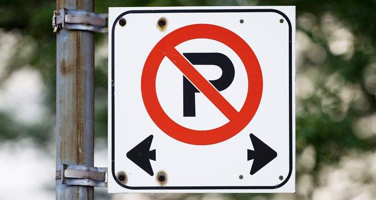 Señal de no estacionar con flechas.