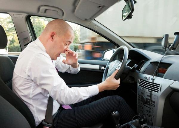 Estornudar Detrás del Volante Puede Ser una Distracción